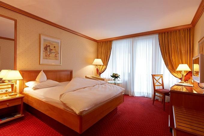 die besten 5 sterne hotels in den alpen wohnen mit klassickern. Black Bedroom Furniture Sets. Home Design Ideas