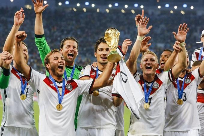 Wir sind Champions: Die Fifa WM Trophäe im Louis Vuitton Koffer