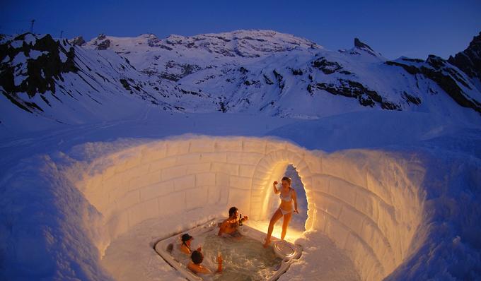 Iglo Badewanne in den Omnia Hotel. Foto: Iglu-Dorf GMBH  Die wunderbaren Berglandschaften in den Alpen Die wunderbare Berglandschaftden in den Alpen Badewanne