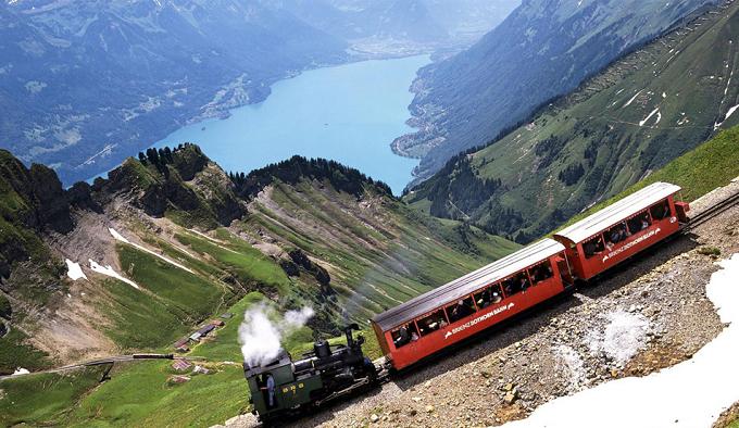 Ein Zug fährt durch der Brienzer Rothorn.