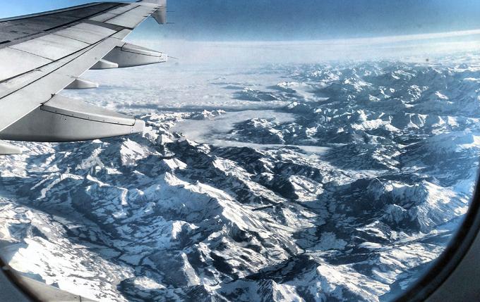 Blick den Schweizer Alpenaus aus einem Flugzeug.  Die wunderbaren Berglandschaften in den Alpen Die wunderbare Berglandschaftden in den Alpen flugzeug