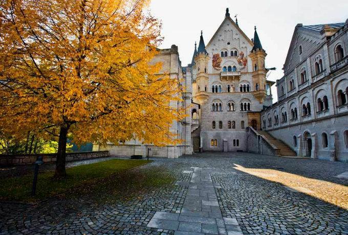 Neuschwanstein - Märchenschloss  Neuschwanstein - Märchenschloss Wohnen mit klassikern schloss neuschwanstein hinterhof bayern