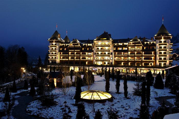 Alpina Gstaad Hotel in der Schweiz  Alpina Gstaad Hotel in der Schweiz The Alpina Gstaad exterior evening with grounds Wohnen mit klassikern
