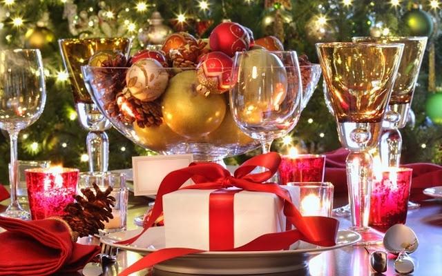 Benutzen Sie Weihnachtsschmuck, um Ihren Esstisch zu färben  10 Gemütliche Einrichtung Ideen für Ihr Sylvesterabends Esszimmer 10 Gem  tliche Einrichtung Ideen f  r Ihr Sylvesterabends Esszimmer 5